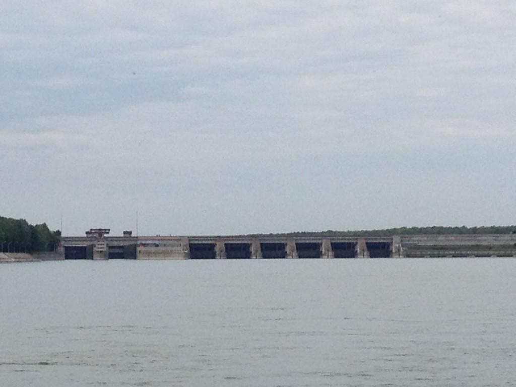 Blick zurück, links die beiden Schleusenkammern, rechts das Kraftwerk