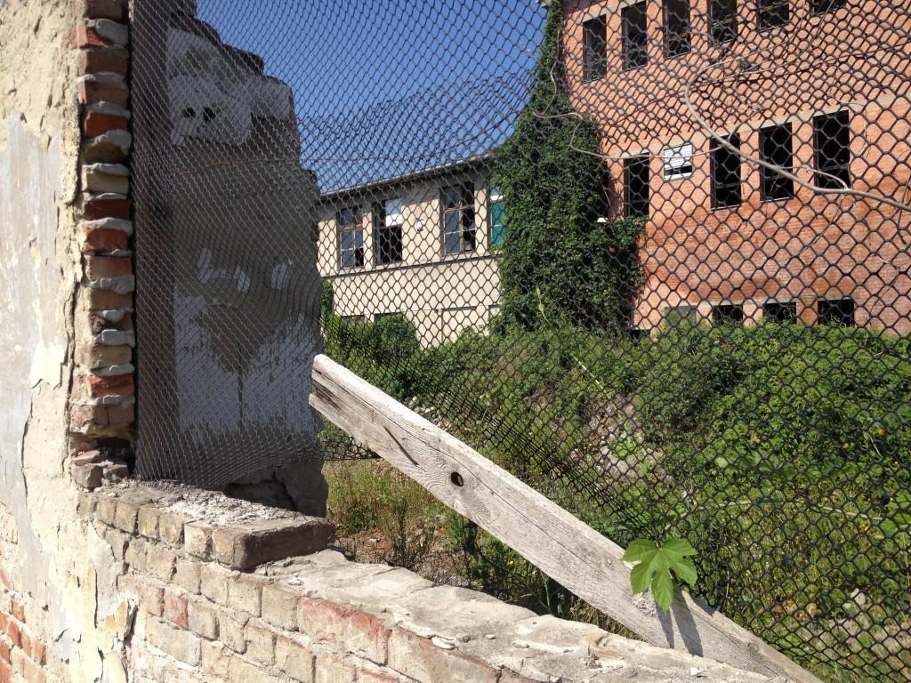 vorbei an einer ehemaligen, russischen Kaserne