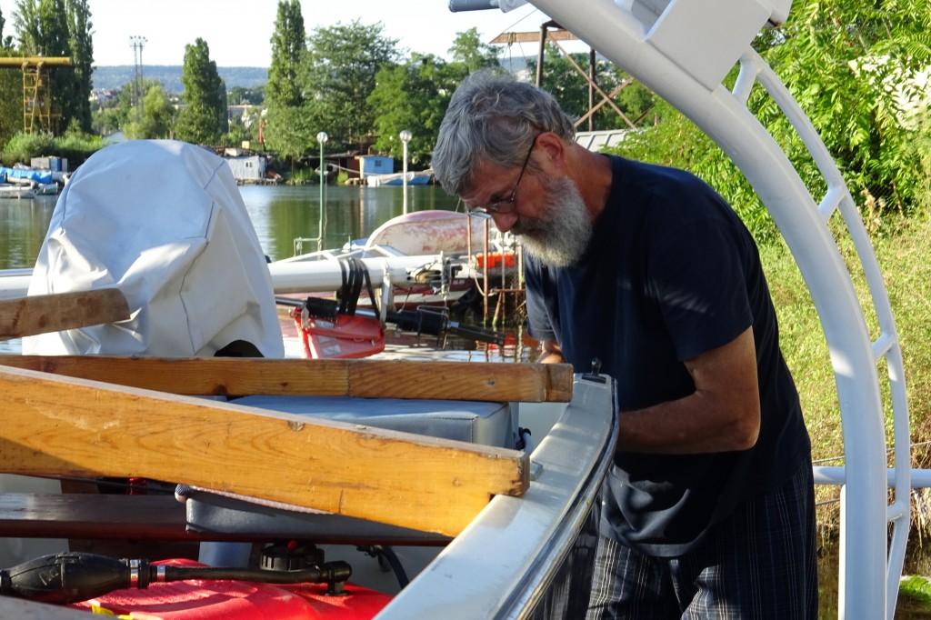 Nicolay ersetzt noch die alten Schrauben, gegen neue Rostfreie