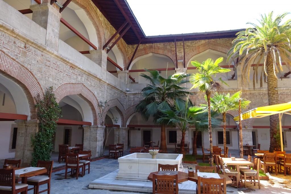 im Innern der Karawanserei, heute ein Hotel und Restaurant