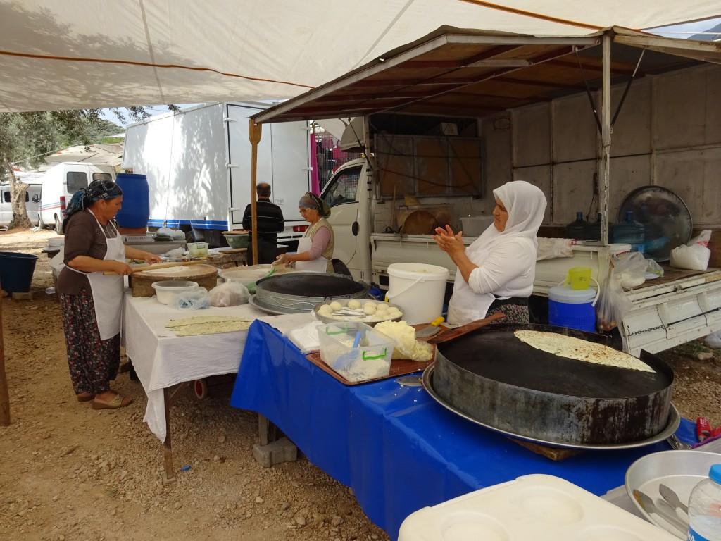 hier werden fleissig Fladenbrote mit Käse und Peterli zubereitet